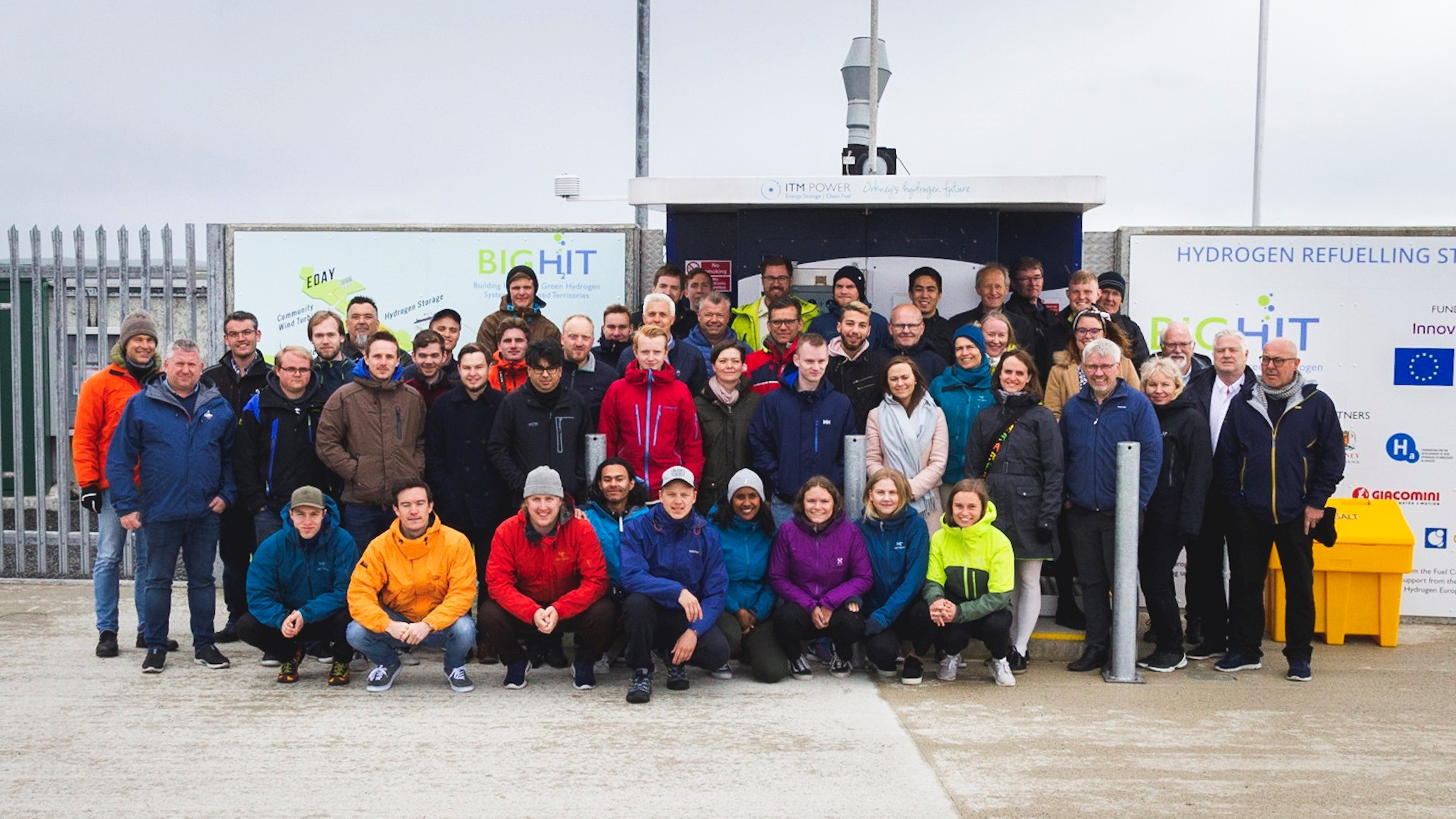 The Study Tour in front of the Hatston H2 refuelling station (Photo: Mikel Gonsholt, bachelorstudent i fornybar energi, høgskulen på Vestlandet)