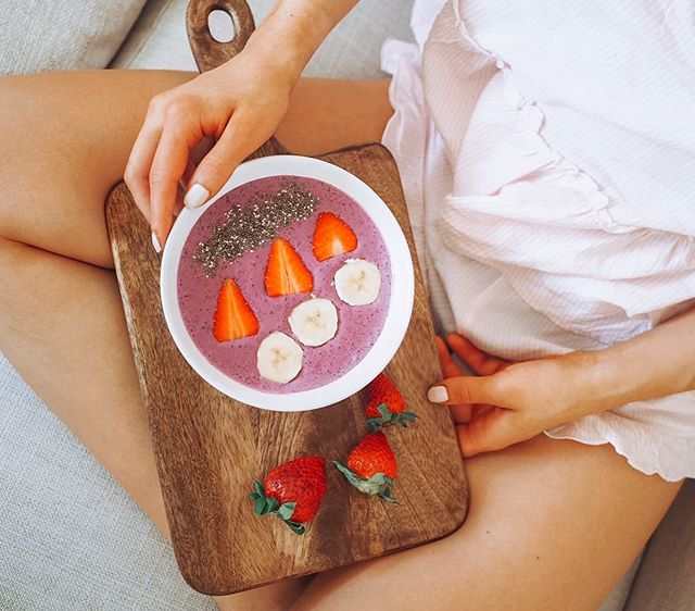 Huomenta 💕 - Rakastan hitaita aamuja ja ihania aamupaloja! Tässä yks mun lemppari smoothie bowleista😍 - Tarvit 🥥🍌🥛🥄 Soijarahkaa kookos-soijajugua puolikkaan banaanin @fastfinland vanilija-mustikka heraa mustikoita @cocovi_superfood kookosjauhoja kookosmaitoa - Miltä kuulostaa, laitatko testiin?🤩 - #imfast #ripauscocovia