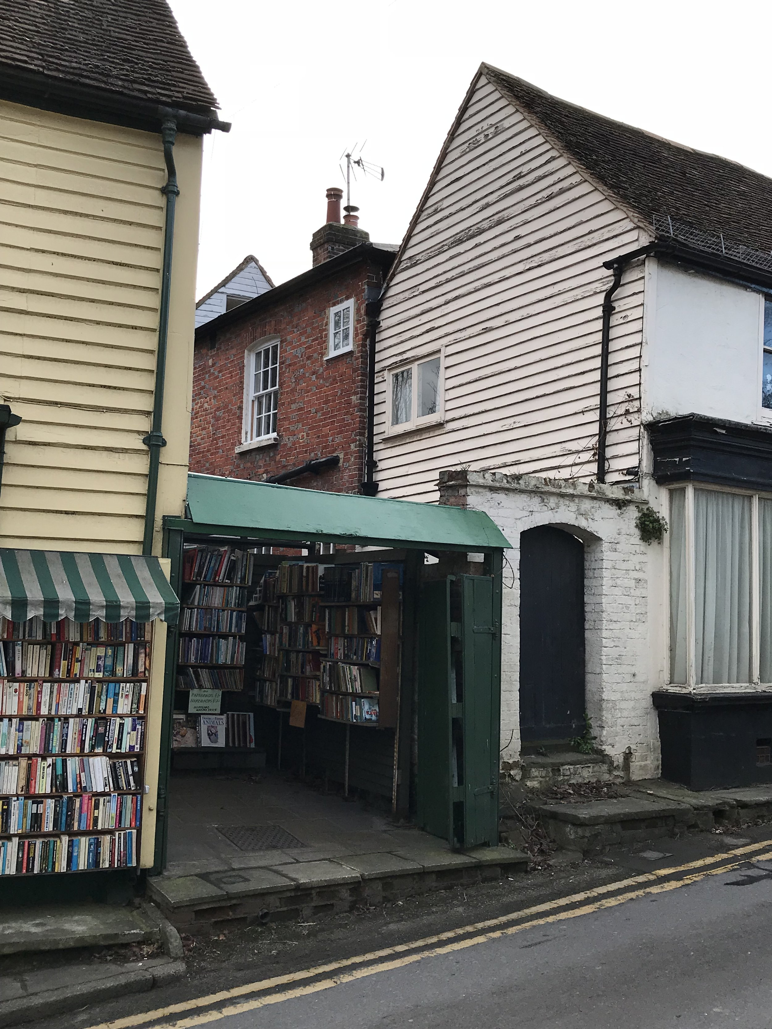 Yards and houses are in perpendicular alignment to the High Street. -