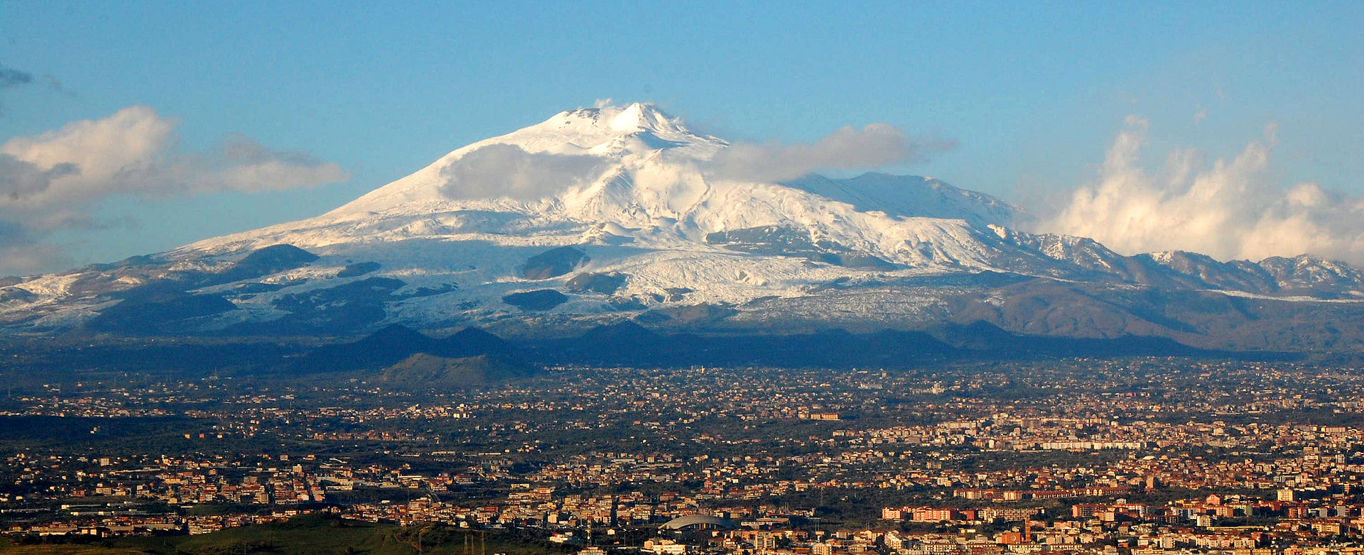 Mt_Etna_and_Catania1.jpg
