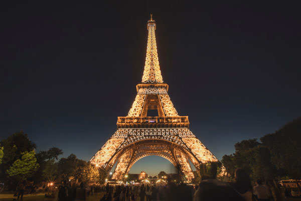 Travelling-with-young-kids-eiffel-tour-paris.jpg