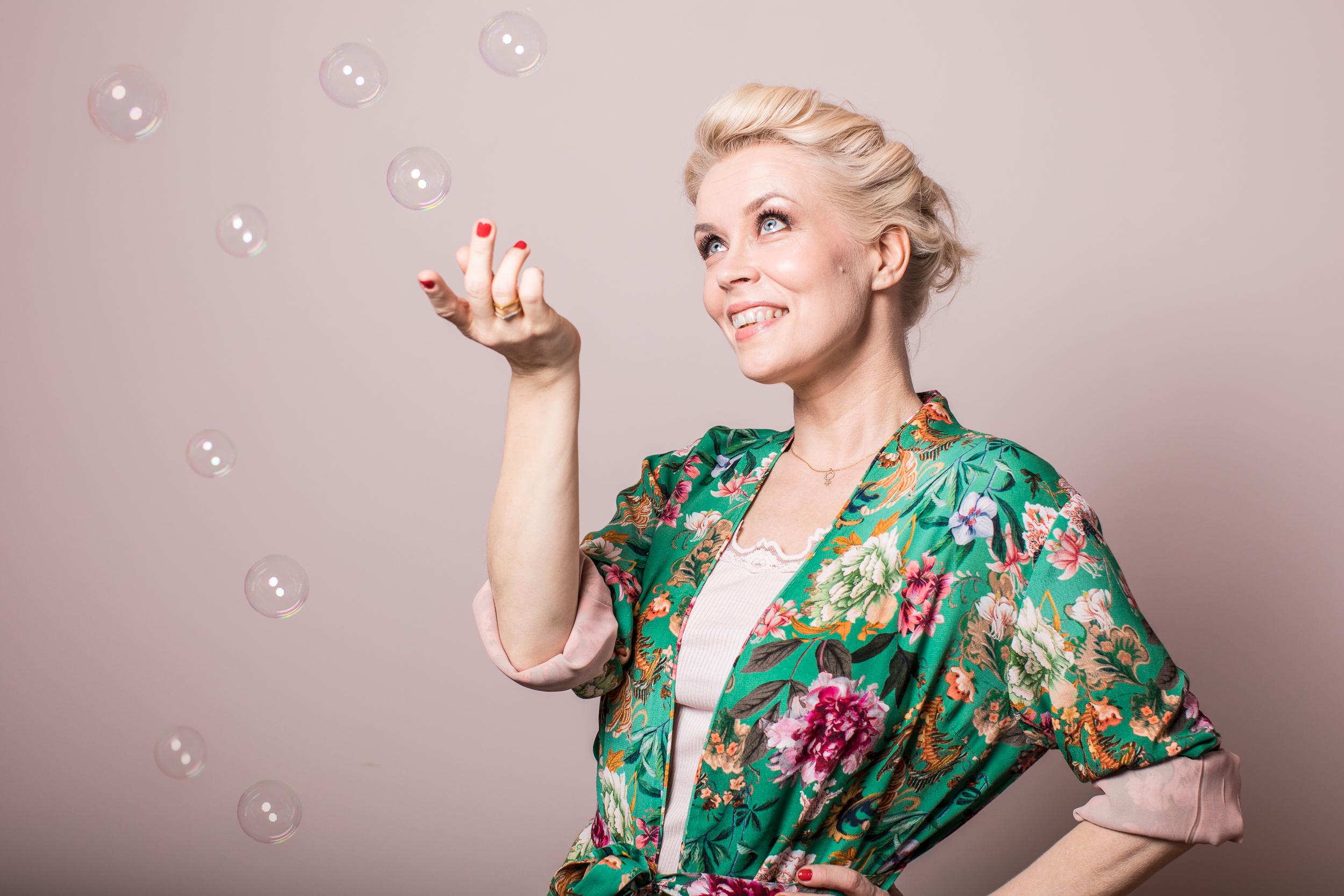 Johanna Hytti  on 20 vuoden laulajauran aikana kiertänyt ympäri maailmaa, niin pienillä kuin isoillakin areenoilla yhdessä Värttinän ja Kuunkuiskaajien kanssa. Vuonna 2010 hän edusti Suomea Oslon euroviisuissa ja hänellä on monipuolinen kokemus live-tilanteissa esiintymisestä eri medioissa. Johannalla on vankka kokemus luonnollisestä esiintymisestä ja jännittämisen selättämisestä.  Johanna on musiikin maisteri Sibelius-Akatemiasta sekä toiminut laulunopettajana yli 20 vuotta. Johanna on LCF Life Coach ja valmistuu NLP Traineriksi tammikuussa 2020. Valmentajana ja kouluttajana Johannan mielenkiinto kohdistuu erityisesti esiintymiseen, vuorovaikutukseen, intuitioon ja luovuuteen. Lue lisää Johannasta  www.johannahytti.fi