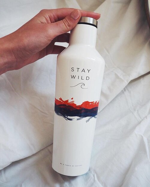 Heatwave ready ❄️💧♻️ our reusable water bottle not only looks chic, reduces single use plastic. But the wide lid means you can fit ice cubes in keeping your drinks cold for 24 hours 😎💧❄️