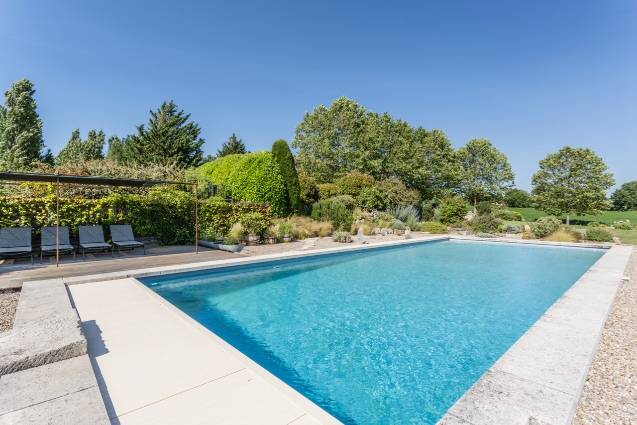 Welcome to Montjalade! - Set in several acres of its own landscaped grounds including a large swimming pool, Montjalade nestles in the tranquil foothills of the Grand Luberon, within the protected area of the Parc Régional du Lubéron.