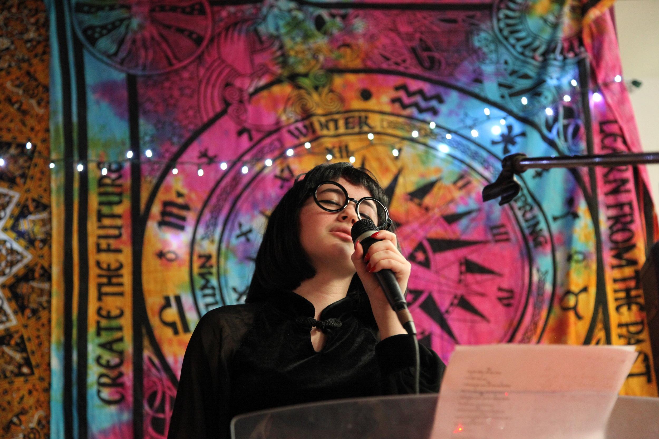 Stella Wunder performing