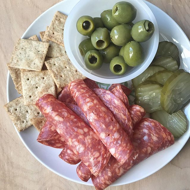 Snack plates might just go down as my favorite meals in all the land. Anyone with me? 🙋🏻♀️ I used to think there was no good snack plate without cheese, but I proved myself wrong with this concoction I threw together with what we had in the kitchen. What are you favorite snack plate components? (And yes I know they have fancier names but that's overrated)
