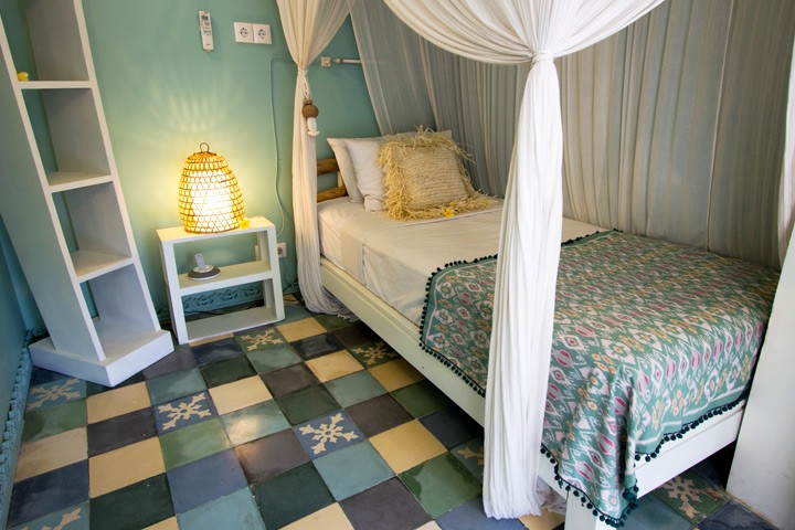 STANDARD ROOMS: Single rooms with Balinese style semi-outdoor private bathrooms are beautifully appointed with your comfort in mind and have appx 20sqm living space.Fully air-conditioned, mini bar, iPod dock and safety deposit box -