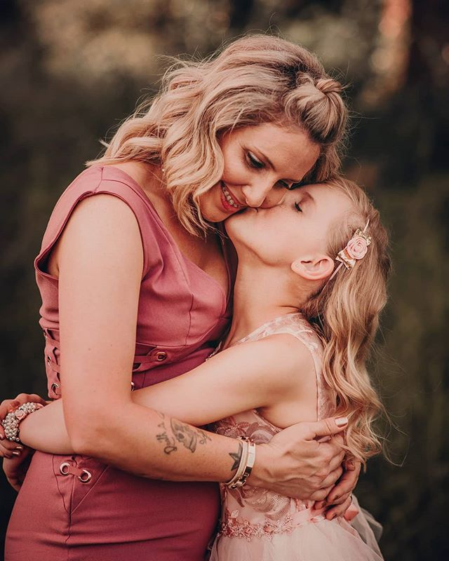 Mother + daughter ❤❤❤Www.jenniferblakephotos.com  #huntsvillephotographer #thefamilycollective #sweetgoldenhour #cullmanalabamaphotographer #coloradospringsphotographer #boldemotionalcolorful #clickinmoms #lookslikefilm #lookslikefilmkids #coloradospringsphotographer #fortcarsoncolorado #fortcarsonphotographer