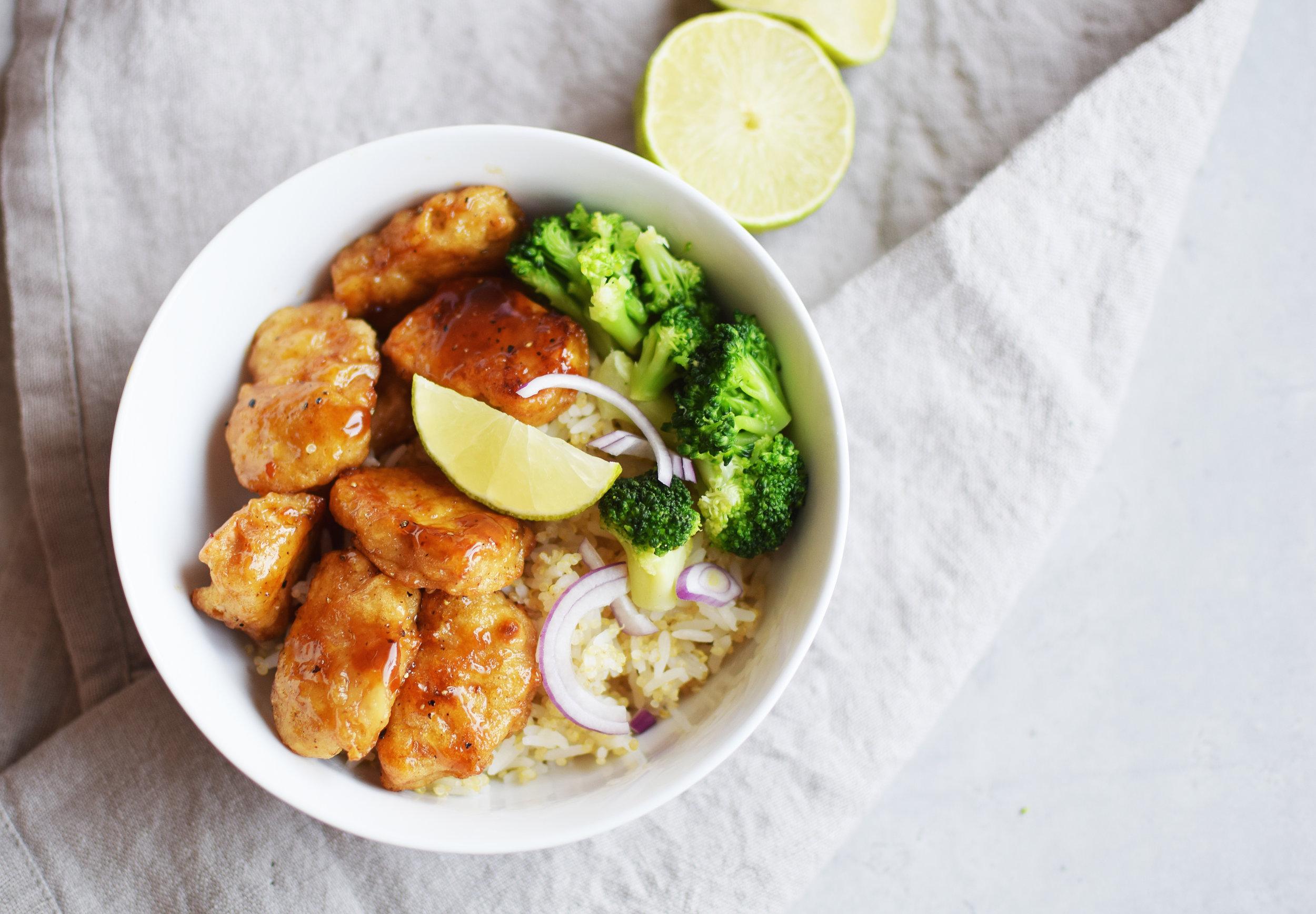 Gardein Mandarin Orange Crispy Chick'n här serverad med en blandning av kokt jasminris/vit quinoa, broccoli och rödlök.