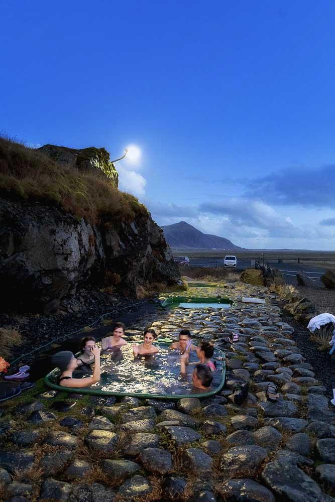 Relax alle hotpool dopo il tramonto