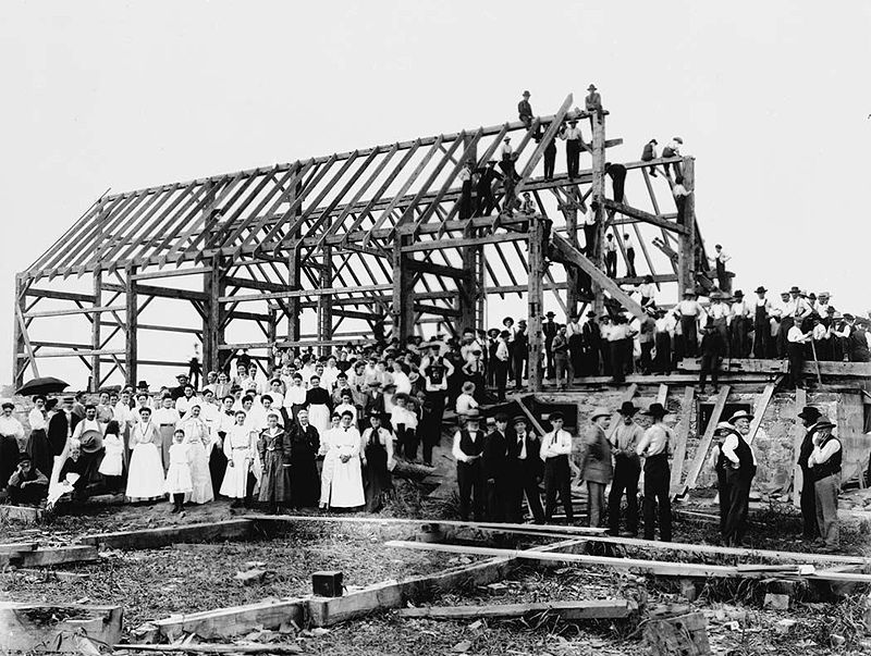 https://upload.wikimedia.org/wikipedia/commons/thumb/a/ab/Barn_raising_in_Lansing.jpg/800px-Barn_raising_in_Lansing.jpg
