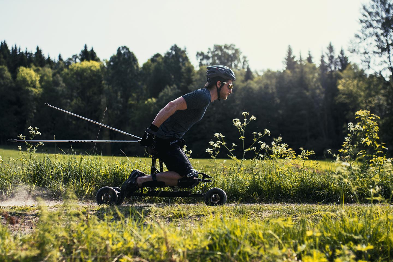 Vær eventyrlysten - SPIKElar deg utforske nye eventyr. Med rå muskelkraft kommer du frem i nye terreng.SPIKE er egnet for ulike underlag for å muliggjøre aktivitet i mange omgivelser. Kraftige hjul med støtdemping gjør turen komfortabel,slik at du kan sette pris på opplevelsen.