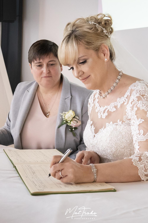 signing_registrar_wedding_photography_mour_hotel_dekota_photographer_mansfield_sherwood.jpg