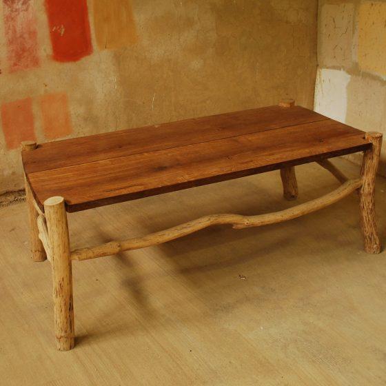 Table basse en bois de feuillus.