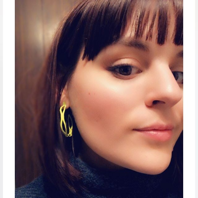 Shout out to Haley @illinoisstateu for rockin' her @teamariastudios hoops on stage for her performance! 🙌🏼#illinoisstateuniversity #teamariastudios #chartreuse #hoops #earrings #handcrafted #singer #performance #contemporaryjewelry #handmade #hoops #aretes