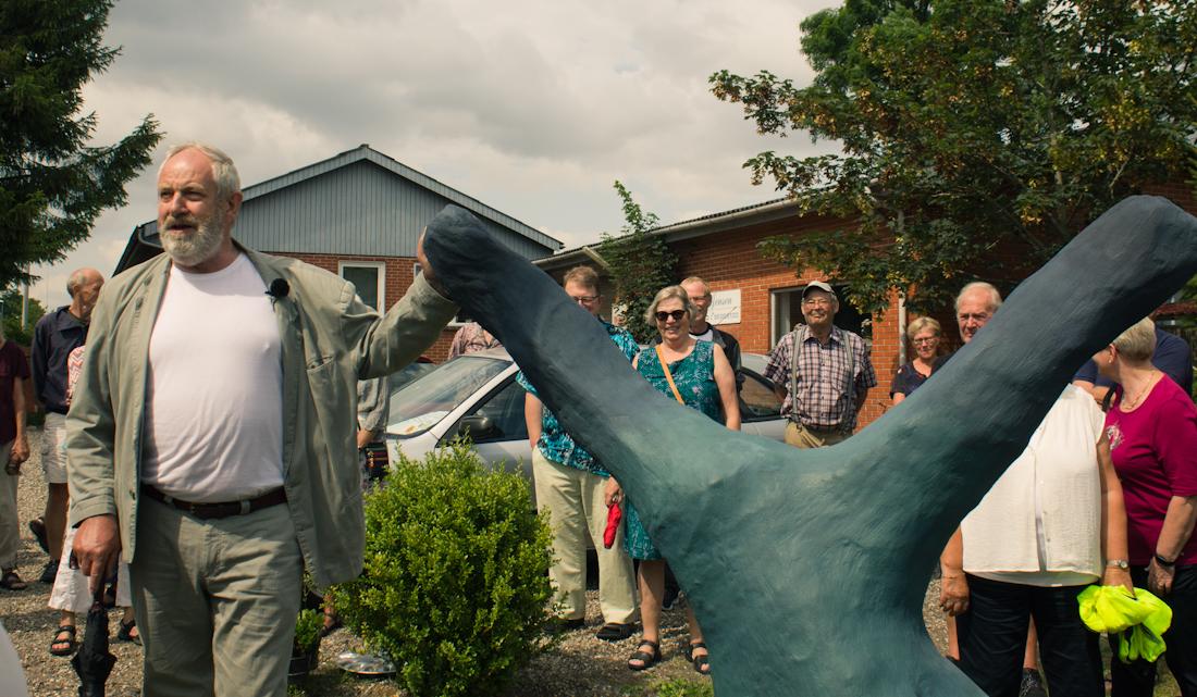 Henning presents a sculpture at the Galleri Hammer Summer Festival