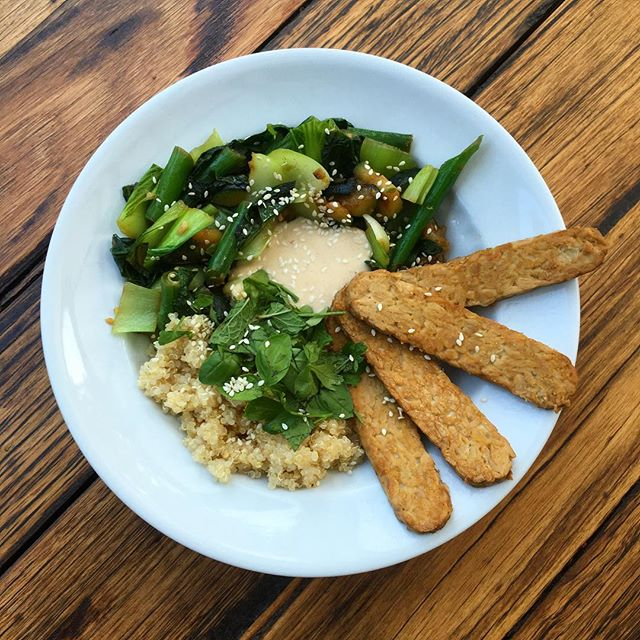 Tempeh and green veg stirfry with quinoa and homemade satay sauce 😋😋- see stories for steps how to make 👍