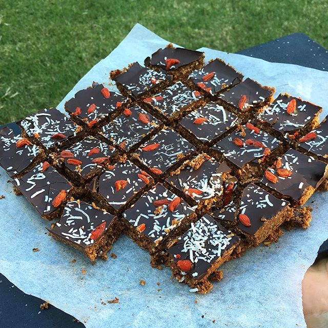 I've said it before and I'll say it again.. I'm in love with the coco-nut 😍 This coconut rough slice is soooo good with a hot cup of tea #grandmalyf and should keep me going for assignment writing this weekend ✍️