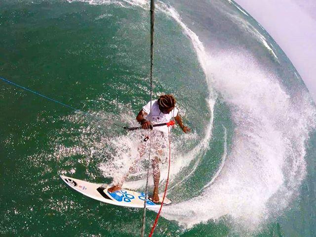 Waves yesterday were bigger I went down wind to test it 💙🐙 #puertoplatakitesurfing #kitelife  #kitelegendschool #yogakitecamp