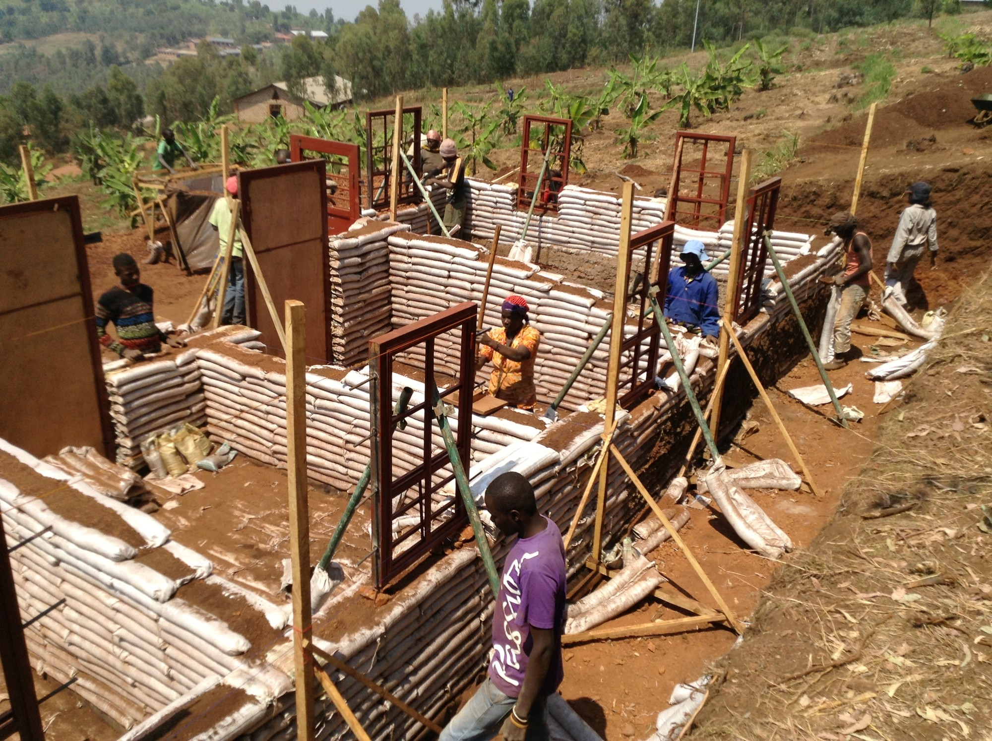 With earthbag construction knowledge, the designers hope to empower the clients with an inexpensive and speedy construction technique. Construction of the Masoro Village Project took approximately two months. Image © Yutaka Sho