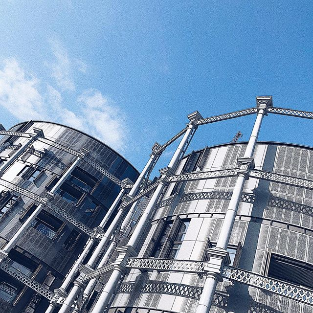 Absolutely love what they did with these gas holders near King's Cross! 😍⠀ .⠀ .⠀ .⠀ .⠀ .⠀ #gasholder #gasholders #gasholderpark #gasholderlondon #gasholderslondon #architectureporn #architectureporny #skylinephotography #industrialdesign #gasholderskingscross