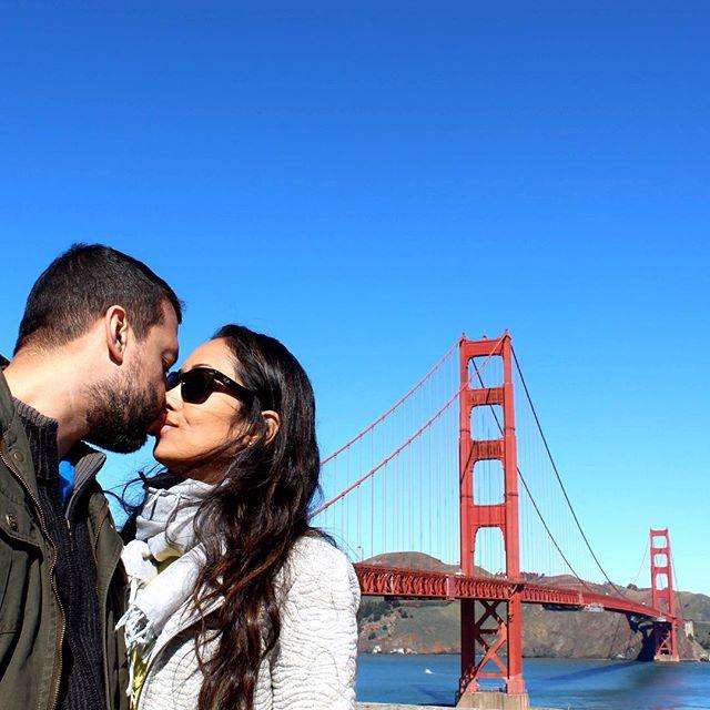 Não deixe para amanhã o beijo que você pode dar hoje 💋 . #diadobeijo #sanfrancisco #goldengate #paromundo