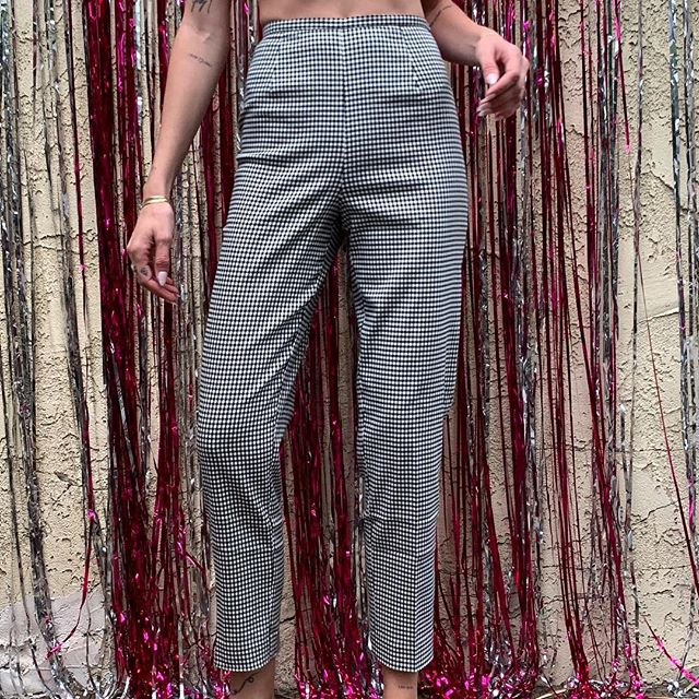 """The perfect pair of Gingham cropped trousers 🍋🍋 (Size measured lying flat; compare to your personal pants) Waist: 13"""" / Hips: 17.5"""" / Rise: 11""""/ Inseam: 28"""" 