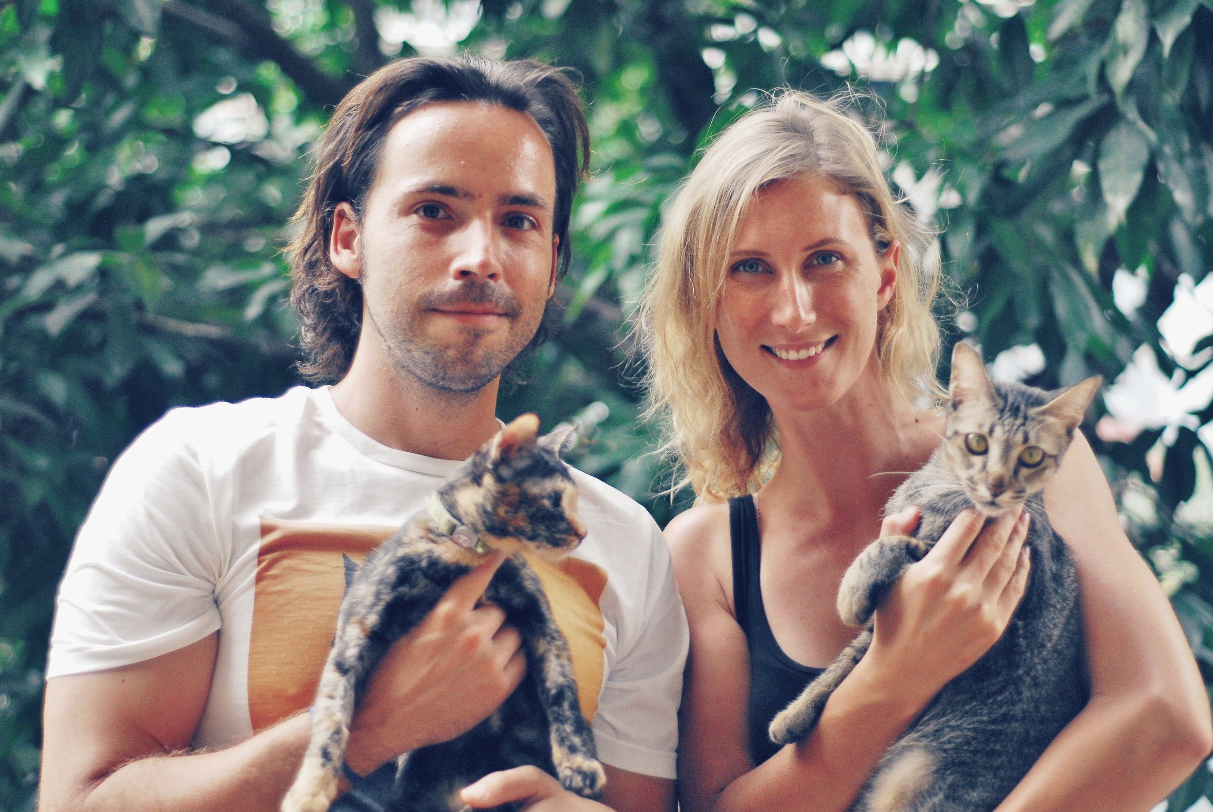 Adolfo and Georgia with their rescue cats, Comet and Mr Paws.  ©   Miguel Jeronimo