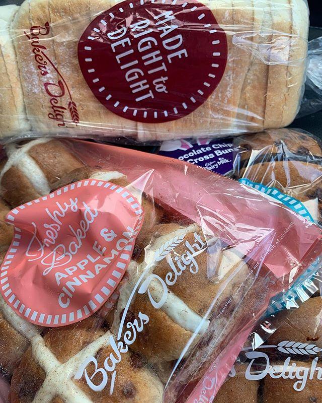 Don't forget your supply of HOT CROSS BUNS! Hop into @bakerdelightrichmondmarketpace or @bakersdelightrichmondmall to pick up these delicious beauties! @littlebluebirdbooksandgifts - - - #easter #hotxbuns #hotcrossbuns #choc #chocolatechip #appleandcinnamon #yum #nomnom #hawkesbury #nsw #westernsydney