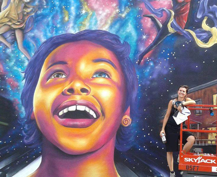 """Cette murale se trouve sur la rue Montcalm, derrière la Fonderie. Intitulée """"L'enfant"""", cette murale a été confectionnée en 2016 en collaboration avec 4 autres artistes : Lukasz Bober, Hugo Landreville, Philippe Landry et Marin Mitrasinovic. Maria-Rosa Szychowska a réalisé le visage de l'enfant sur la murale."""