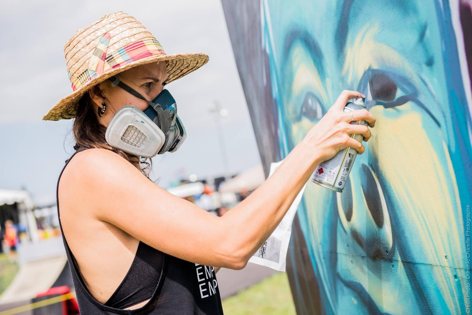 Maria-Rosa en pleine action lors de la réalisation d'une murale dans le cadre d'un concours de graffitis lors de la plus récente édition du Festival de Montgolfières de Gatineau (2018).