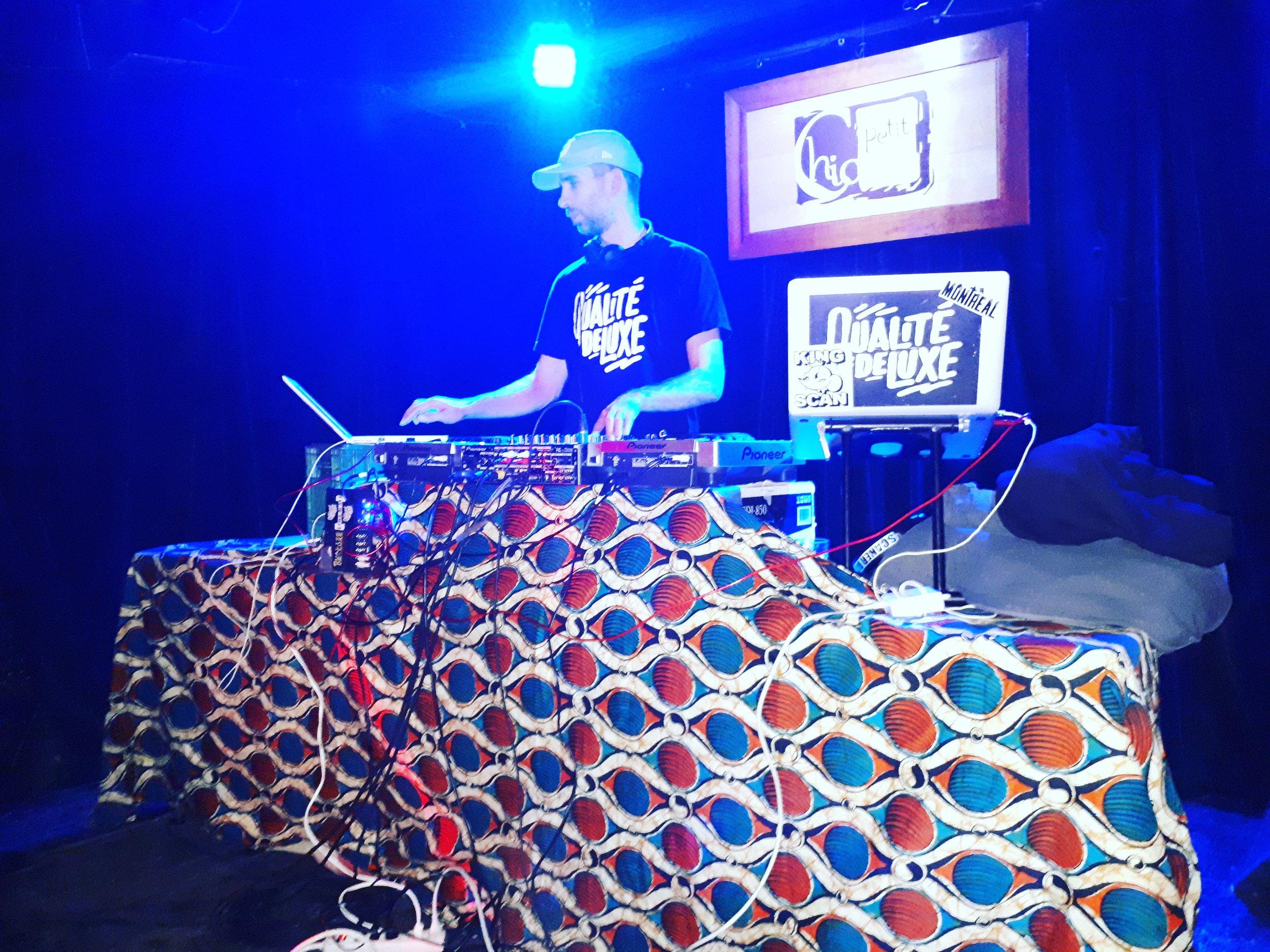 DJ Poirier animant la soirée Qualité De Luxe au Petit Chicago. Photo : E. Laberge