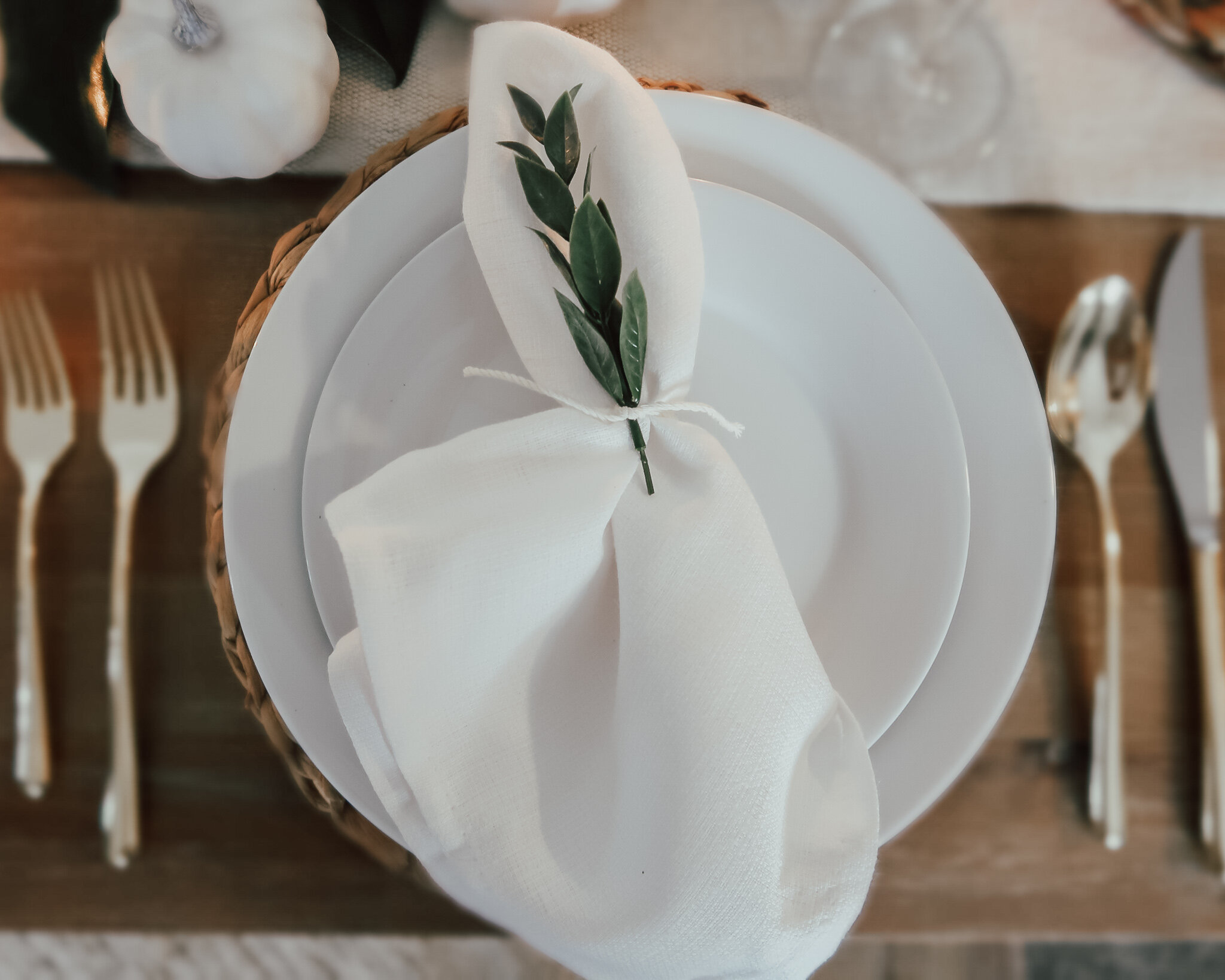 simplistic-thanksgiving-tablescape-10.jpg