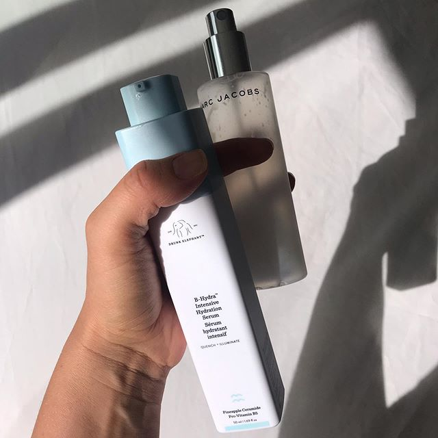 FACT: If your skin is dehydrated you will speed up the ageing process big time! Aside from drinking more water 💦 the best way to add extra moisture into your skincare routine is by adding a hydrating face mist as well as a serum that contains hylauronic acid. These two have been a game changer over winter for me. I'm almost out of my @marcjacobs coconut mist 😭