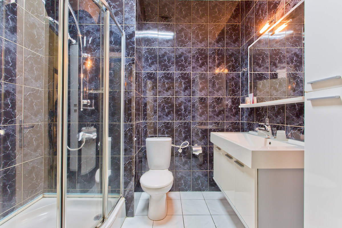 Queens Hotel Executive Shower.jpg