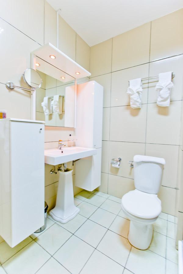 Queens Hotel Standard room Shower.jpg