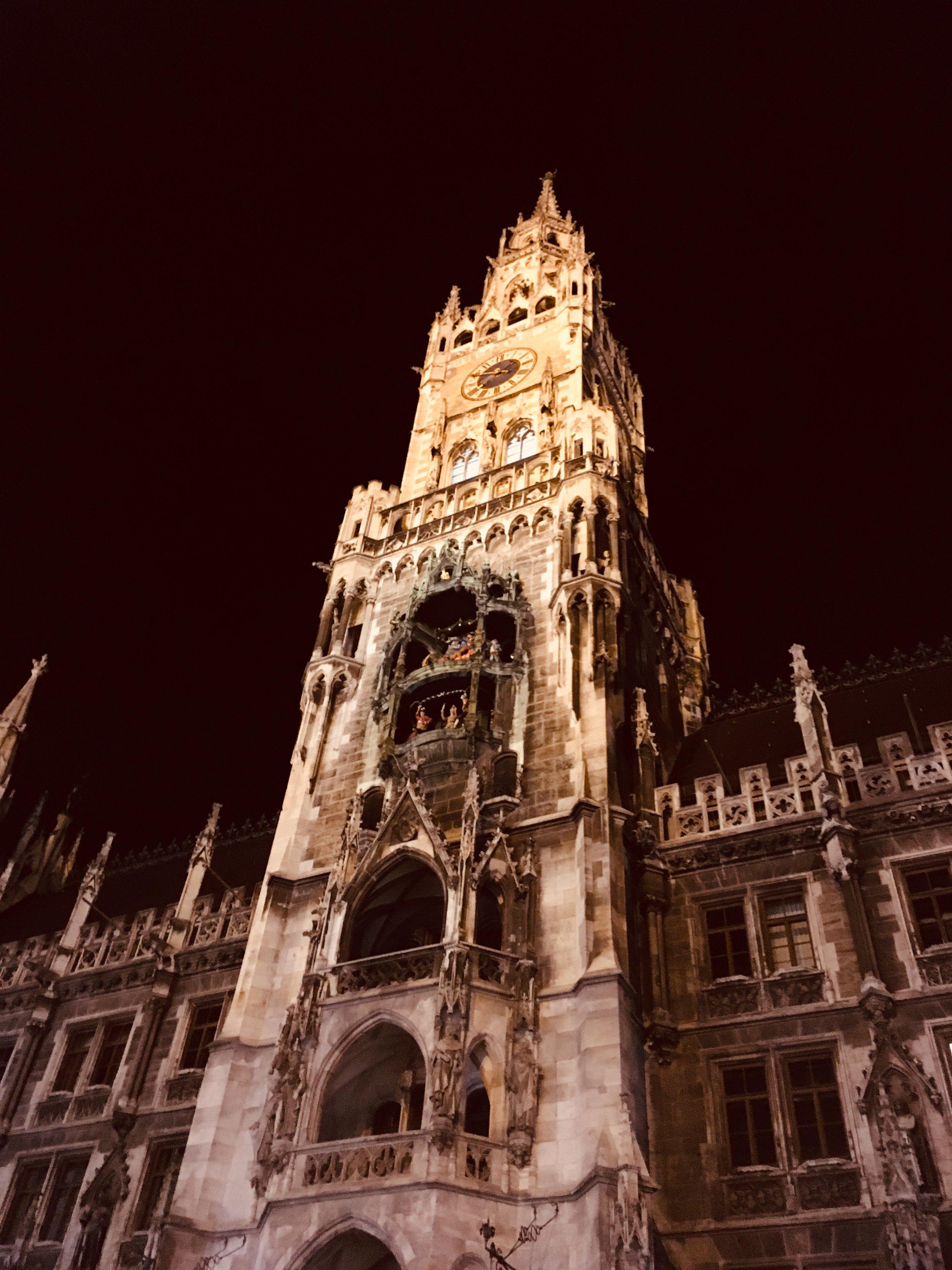 Rathaus-Glockenspiel by night in Marienplatz