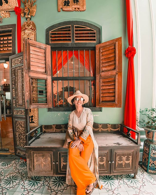We visited the house where Crazy Rich Asians was shot in Penang, Malaysia! 🇲🇾 The traditional Chinese mansion was so decked out in golden glitz and detail, I was star struck the whole time 🤩. Stories of this gorgeous mansion coming soon! 🎥