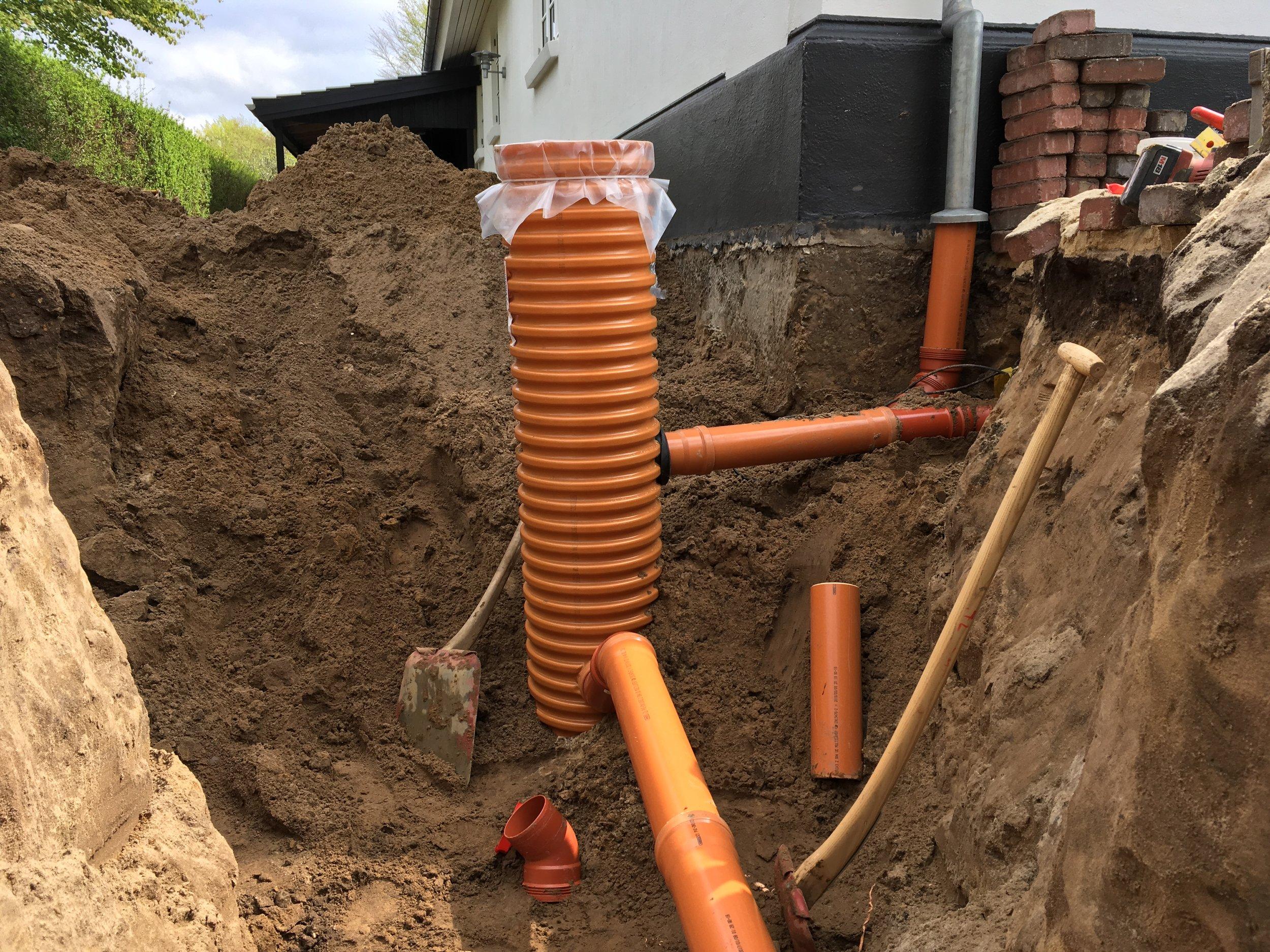 Opgravning samt tilkobling af tagvand til sandfangsbrønd