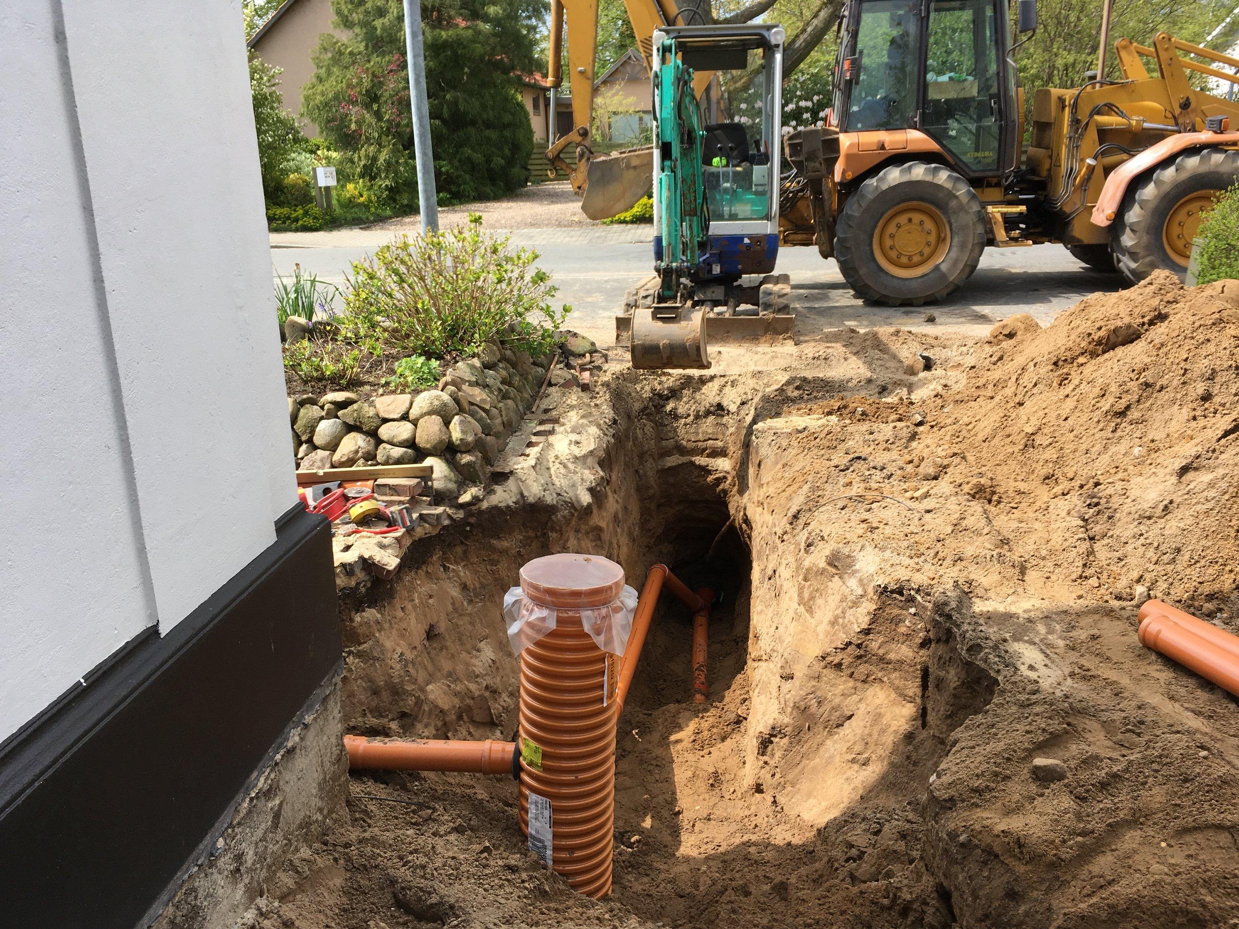 Regnvandsledning tilkobles til eksisterende spildevandsledning så tæt på skel som muligt