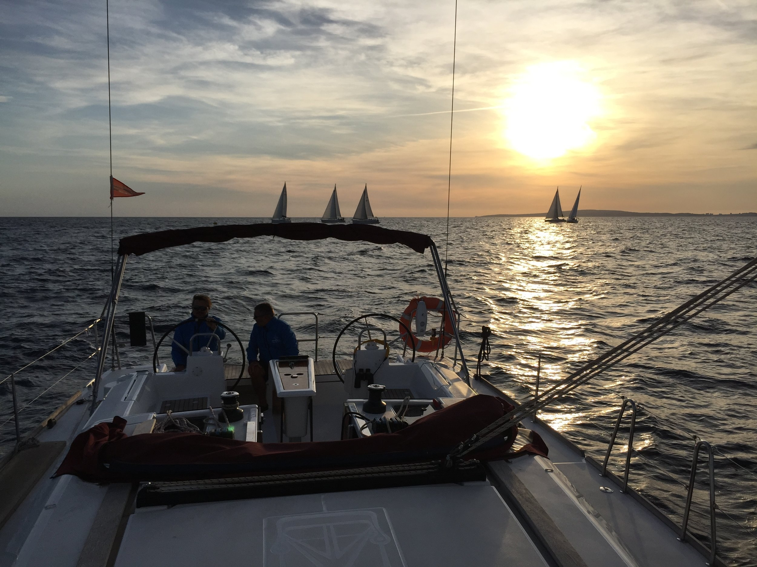 Nach dem Zielschluss geht es in der Abendsonne zurück in den Hafen
