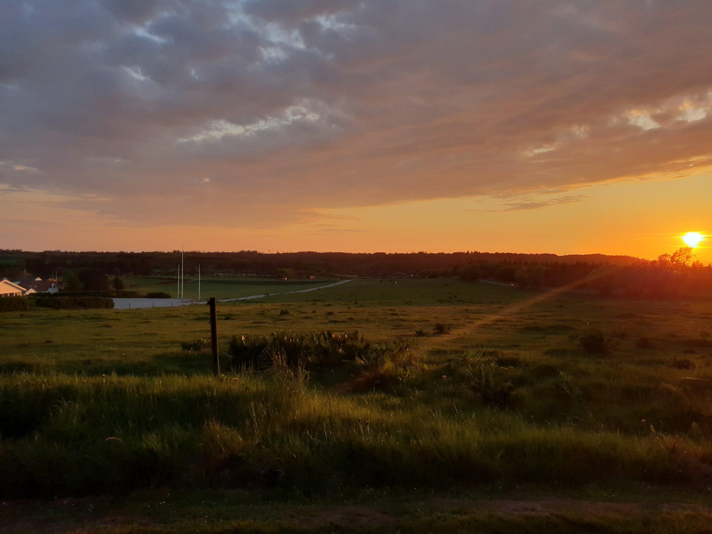 Kursusdøgn - Har I brug for at få solnedgangen med? Så er et kursusdøgn på Højgaarden ideelt. Slut dagen af med at gå en tur op på bakken nyd solnedgangen med udsigt over Jammerbugten. Få en god nats søvn efter en skøn middag hvor der er fuld fokus på gode råvarer og velsmag. I vil stå op til en fantastisk morgenmadsbuffet og gode minder.Priser fra 945,00 kr. per deltager.