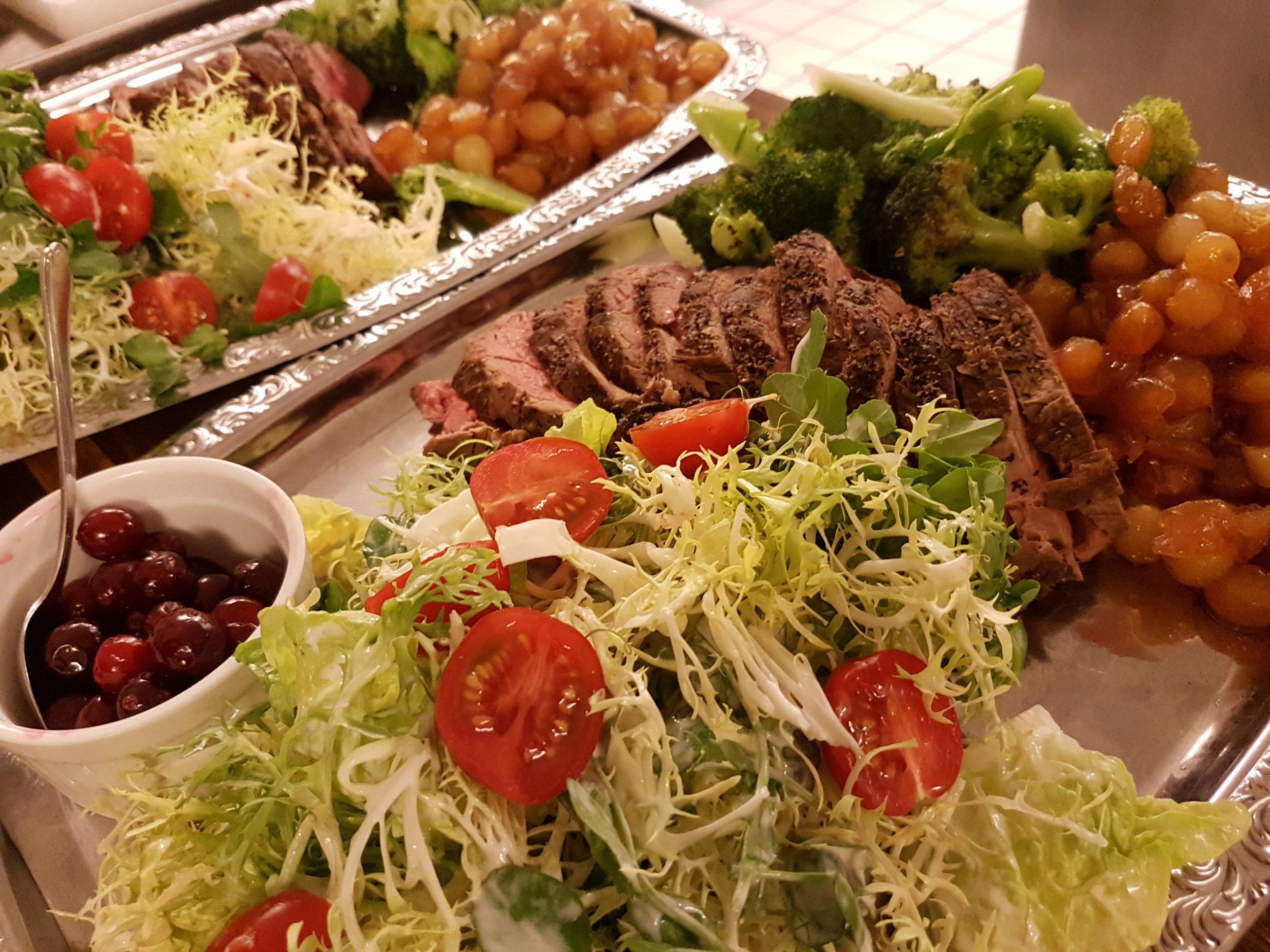 Aftensmad - På Højgaarden gør vi os ikke i A'la Carte - til gengæld laver vi skøn og uformel mad med de råvarer vi har til rådighed. Når I bor hos os, fortæller I os om I spiser med til aften og så finder vi på noget lækkert til Jer. Hvis I ikke er boende gæster er I også altid velkommen til at spise med når vi har gang i køkkenet - bare ring i forvejen så finder vi ud af det. Prisen for maden er oftest mellem 200-400,00 kr. pr. pers.