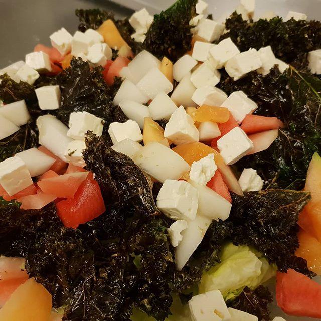 Når man nu står med en masse grønkål i haven så kan man lave en lækker salat med let friturestegt grønkål 😍