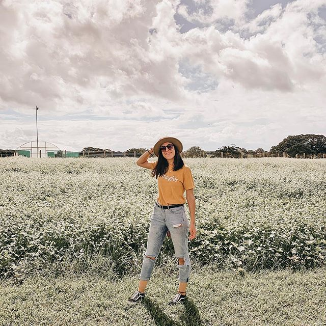 Couldn't resist a lil pose in front of this cute field of flowers at @thefarmatbyronbay, could you?! 🙊🌼💕