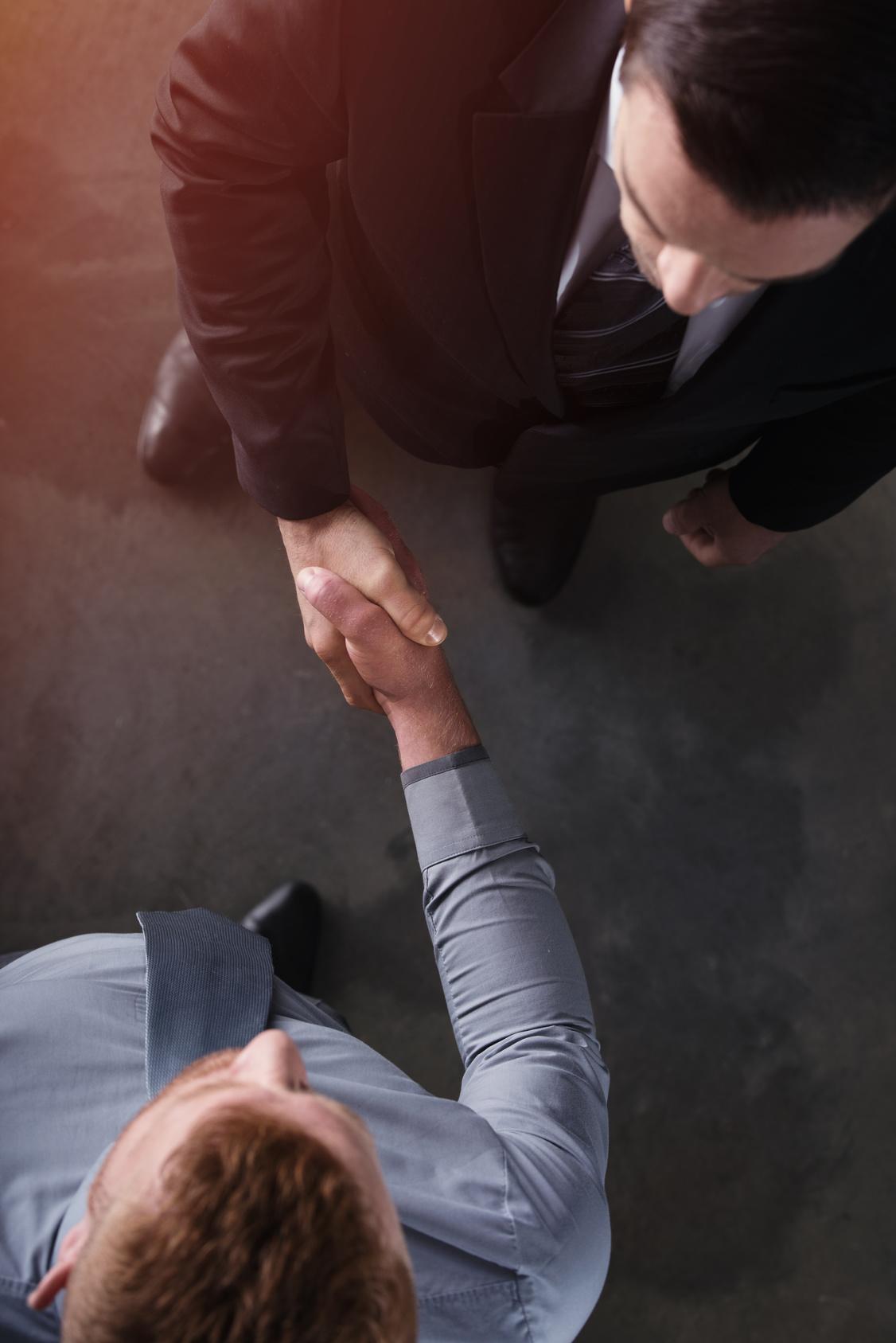 Warum Agile Arbeitsweisen Ihr Unternehmen verändern… - Agilität – das klingt nach Aufbruch, Innovation, Zukunft: Viele Unternehmen wollen auf diesen Zug aufspringen. Also löst das Management eine agile Transformation aus, schickt die Mitarbeitenden in Weiterbildungen und erwartet, dass sie in ihrer täglichen Arbeit agil agieren. Nur leider funktioniert es so nicht. Warum?