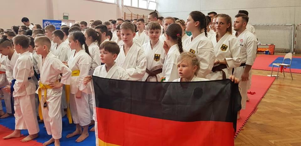 Das deutsche Team während der Anfangszeremonie beim Karata Cup 2019 in Warschau. Quelle: DTSKF e.V.