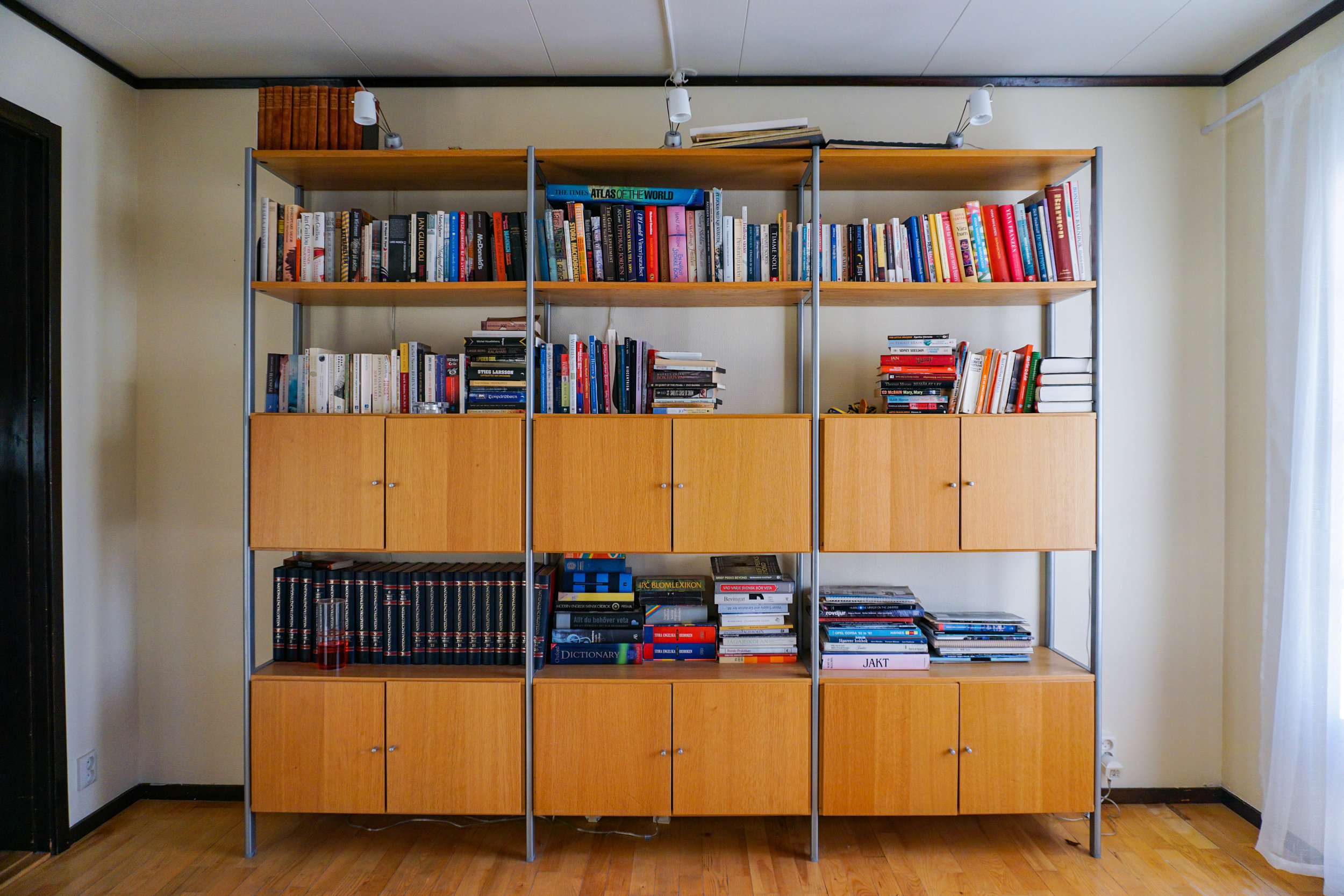 Karen Roldan - AirBNB - Skarpang, Taby - Bookshelf.jpg