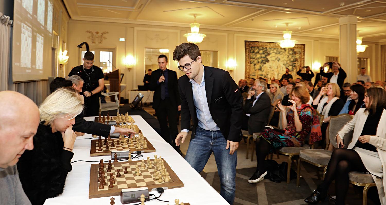 Magnus Carlsen spiller simultansjakk mot fem motstandere under fjorårets nettverksmiddag på Grand Hotel.