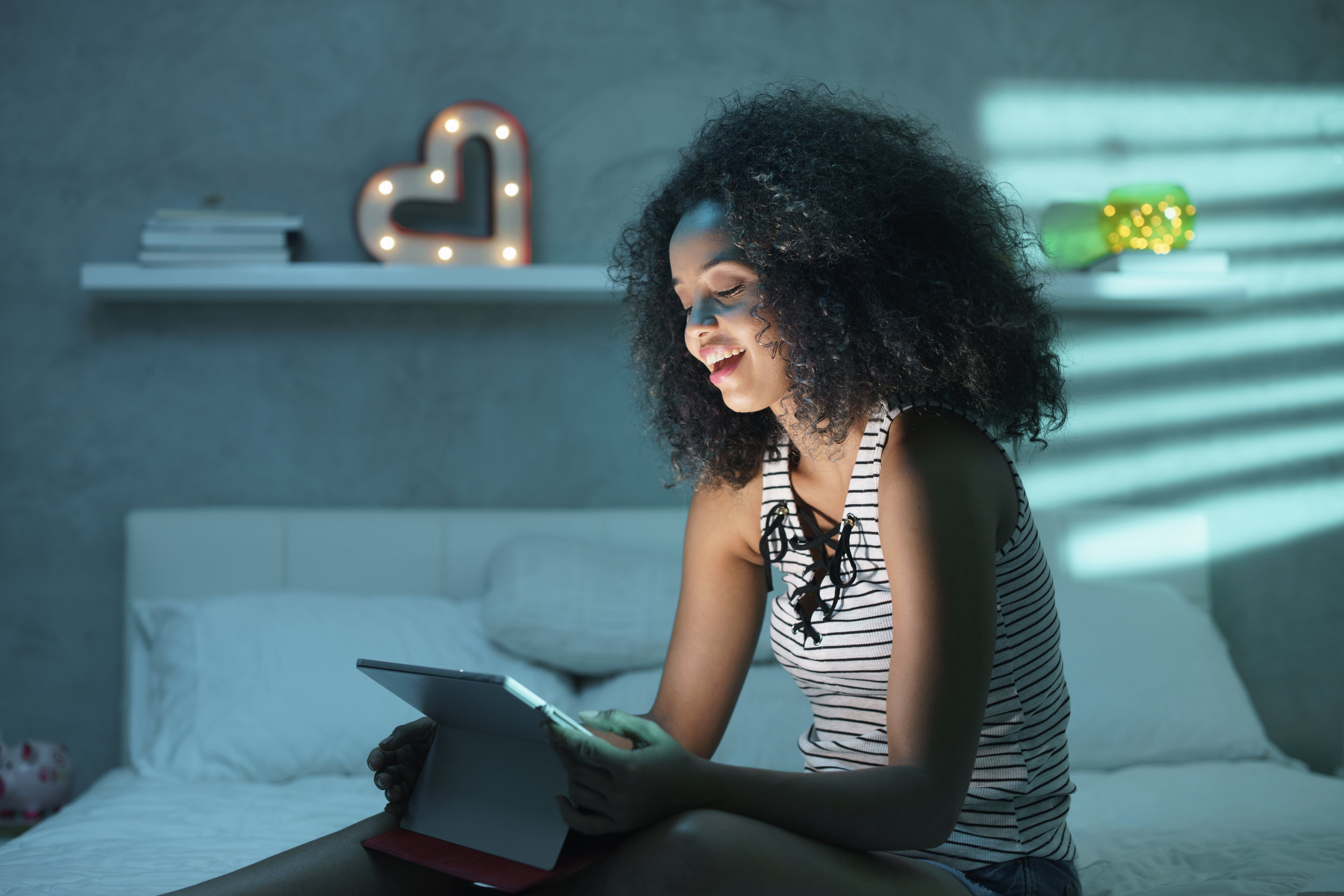 young-black-woman-watching-movie-with-laptop-at-6MYALQV.jpg
